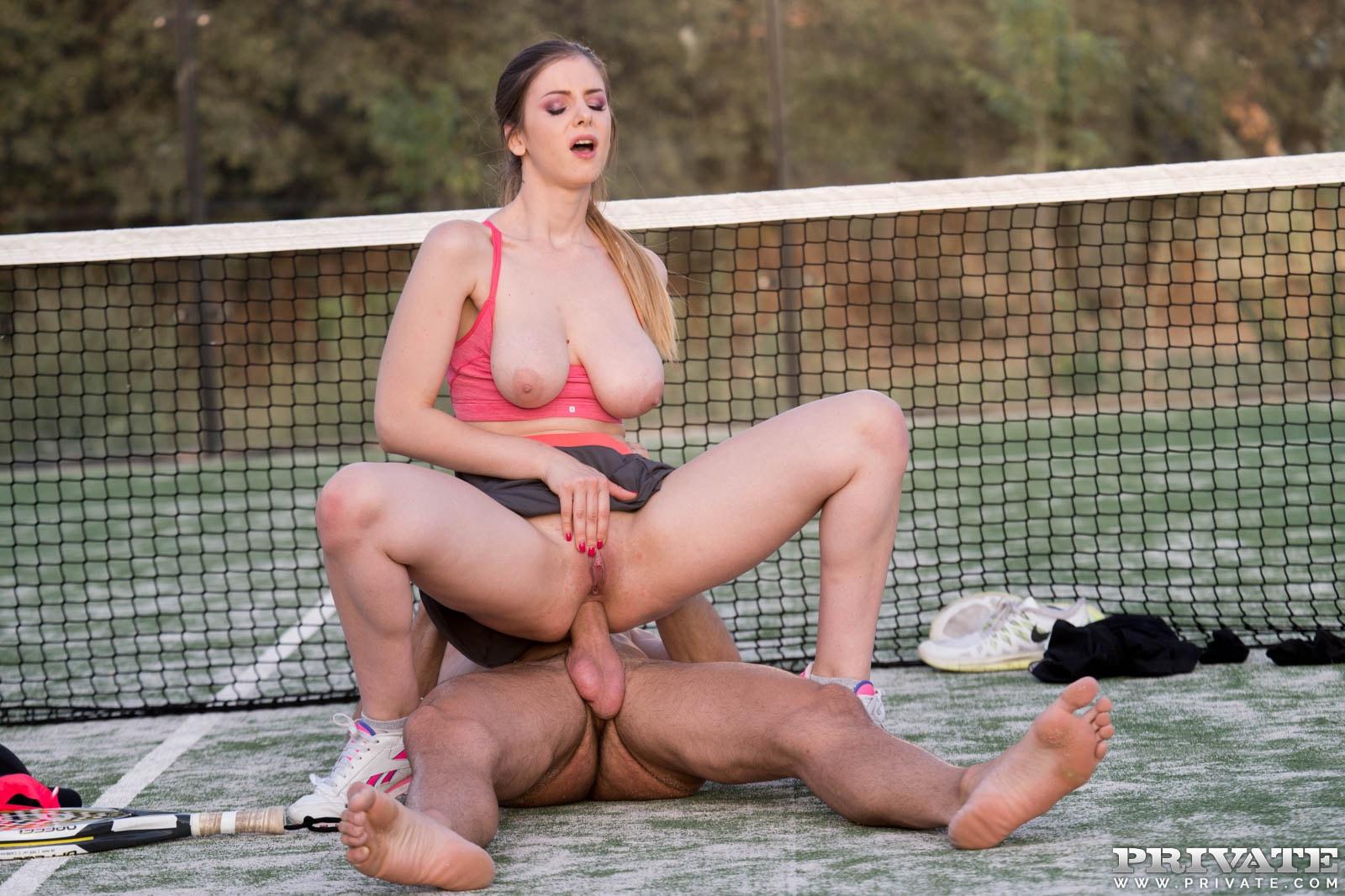 Секс на теннисном корте с горячей брюнеткой — 4